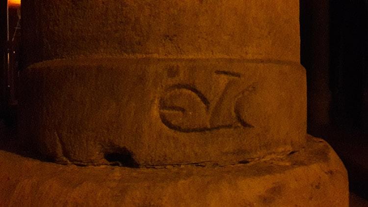monogramme grec des tâcherons dans la citerne aux 1001 colonnes à Istanbul Turquie