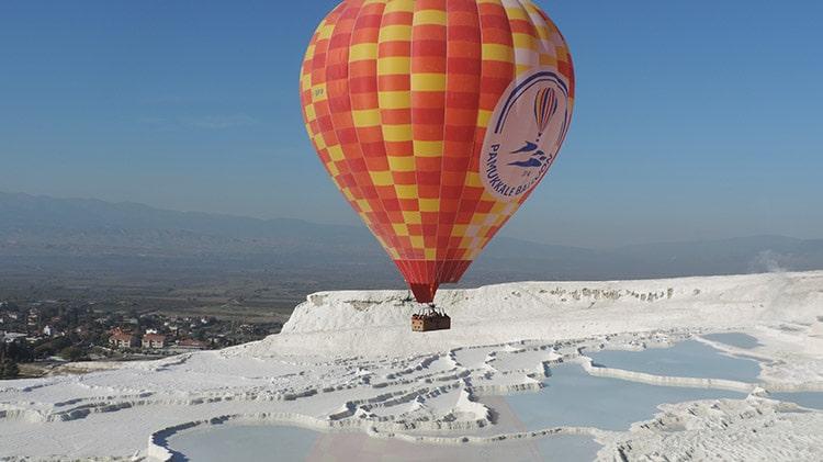 montgolfière au-dessus des travertins de pamukkale en turquie