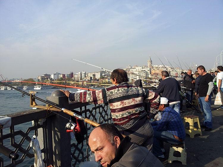 pêcheurs sur le pont de galata à Istanbul Turquie