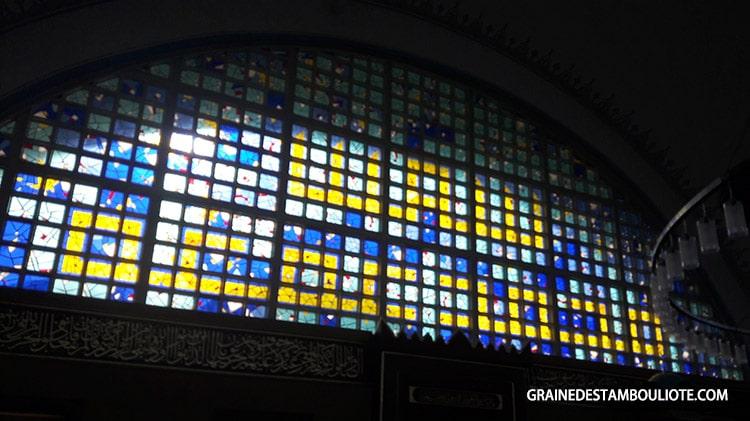 vitrail de la mosquée istoç yeni cami avec inscription