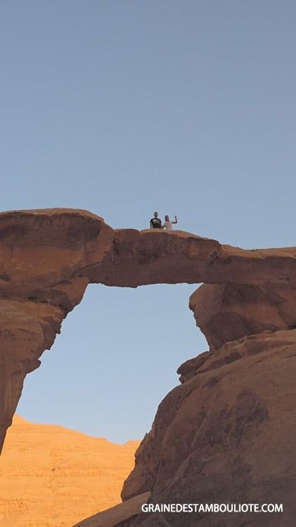 grande arche de burdah dans le désert du wadi rum en Jordanie