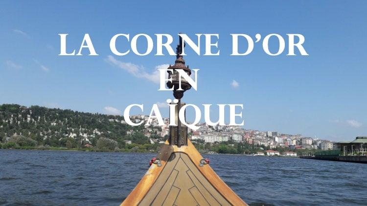 voguer sur la Corne d'Or à Istanbul Turquie en caïque