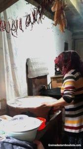 préparation des gözleme dans une maison traditionnelle ottomane turque à cumalikizik près de bursa