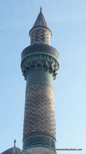 minaret de la mosquée verte d'Iznik recouvert de céramiques d'Iznik