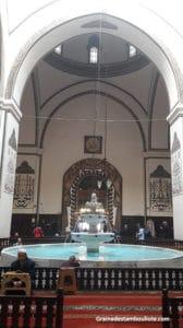 grande mosquée ou Ulu cami de Bursa et sa fontaine aux ablutions sous un puits de lumière