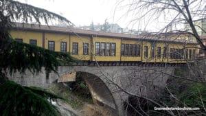 pont irgandi ou irgandi koprusu, exemple de pont couvert avec boutiques artisanales
