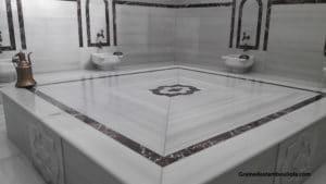 dalle de marbre ou gobektasi de la salle chaude - hammam de Cukurçuma