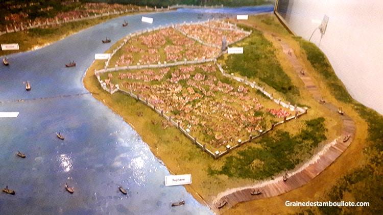 maquette des bateaux turcs passant derrière la colonie génoise de Galata, poussés sur des planches de bois enduites de graisse animale, pour aller rejoindre le haut de la Corne d'Or, lors de la prise de Constantinople en 1453