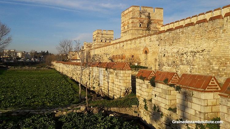 murailles théodosiennes de constantinople, Istanbul aujourd'hui, près de la porte de Belgrade. LEs différents remparts sont bien visibles. Grande muraille, petit mur et douve avec son mur crénelé.
