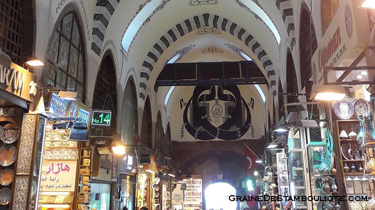 bazar égyptien ou bazar aux épice dans le quartier d'Eminonu à Istanbul