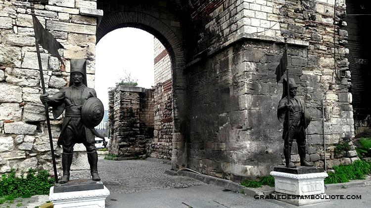 Porte de Fetih à Istanbul, avec ses statues de Janissaires surveillant l'entrée de la ville de Constantinople et ses remparts