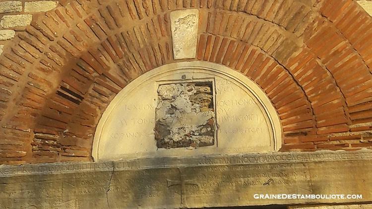 porte de Mehvlevi, inscriptions grècques et croix byzantine