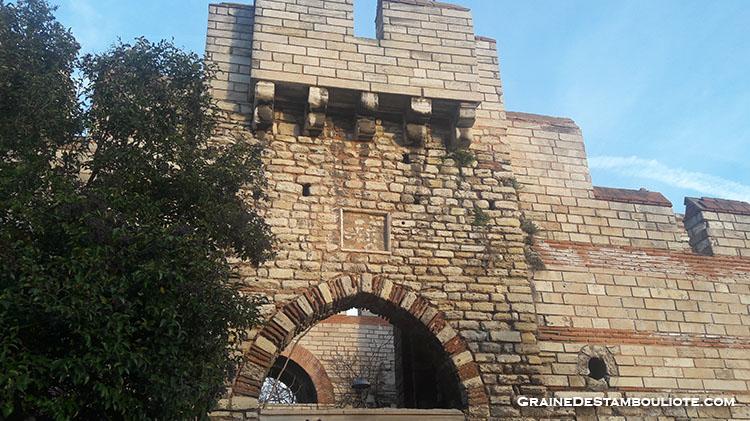 Porte de la Source ou Silivrikapi par laquelle entrent l'armée byzantine de Nicée après la reconquête de Constantinople sur les Latins de la première croisade