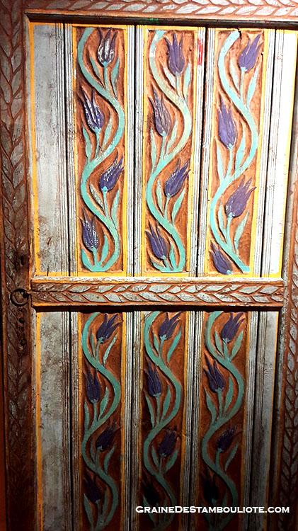 Porte ottomane en bois sculpté et peint représentant des tulipes