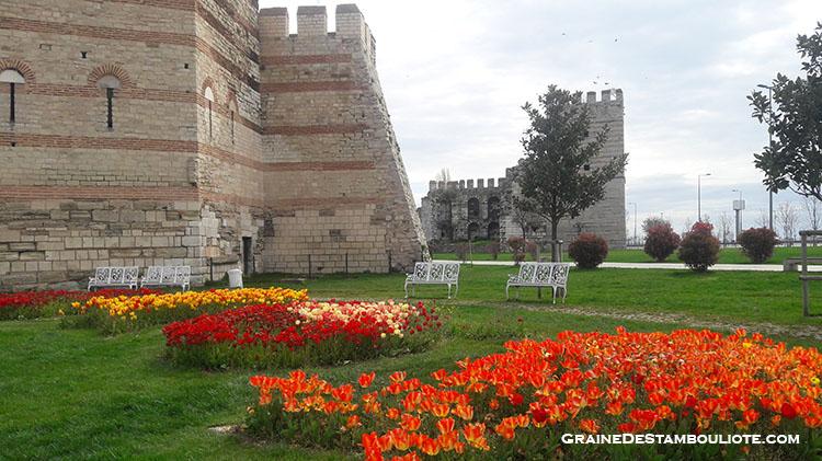 muraille de constantinople, parc de la paix internationale près de la forteresse Yedikule, pendant le festival des tulipes d'Istanbul