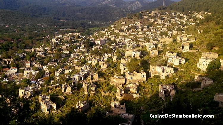 kayakoy, village fantôme de turquie, abandonné par les grecs suite à l'échange de populations