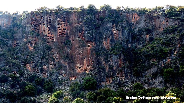 nombreux tombeaux rupestres de pinara, site antique lycien en turquie