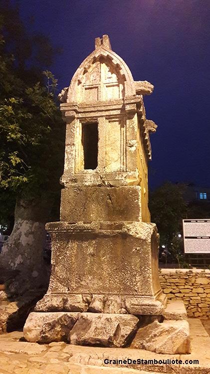 tombeau lycien dans les ruelles de Kas, sur la côte turquoise méditerranéenne de Turquie