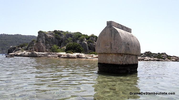 tombeau lycien immergé dans la baie de Kekova face au village de Kaleköy, sur la côte turquoise méditerranéenne de Turquie