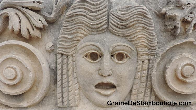 masque sculpté au théatre antique de Myra, site antique de la côte méditerranéenne de Turquie