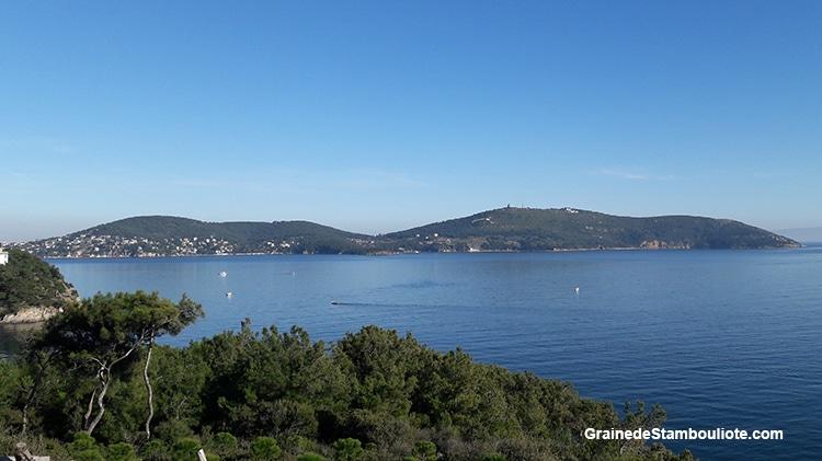 Les îles aux Princes à Istanbul, île de Heybeliada, vue sur Buyukada