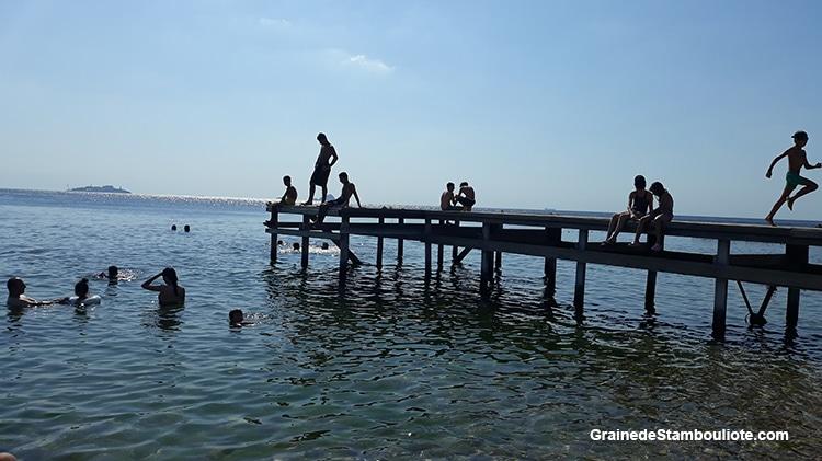 Les îles aux Princes à Istanbul, île de Kinaliada, baignade en mer de Marmara