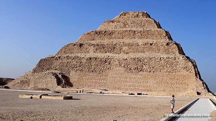 Pyramide à degrés du Pharaon Djoser construite par Imhotep, plateau de Saqqara, Le Caire, Egypte