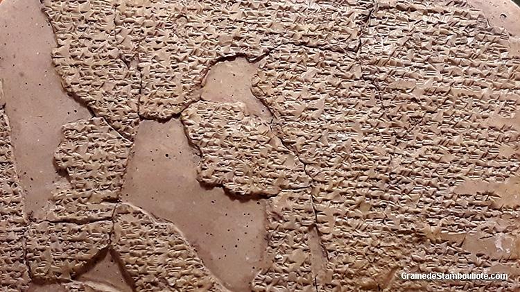 traité de paix de Qadesh entre Hittites et Egyptiens, écriture cunéiforme, tablette hittite exposée au musée archéologique d'Istanbul