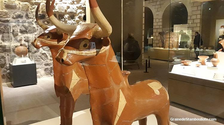 Vases à libation en forme de taureau, symbolisant le dieu de l'orage Hittite, exposés au musée des civilisations Ankara, retrouvés à Hattusa, terre cuite, XV av. JC