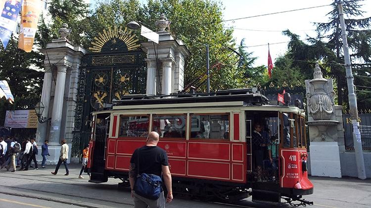 vieux tramway d'Istanbul sur l'avenue Istikklal devant le lycée Galatasaray